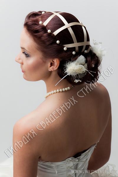 Свадебная прическа с декоративными элементами и аксессуарами.